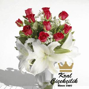 Vazo İçinde 11 Adet Kırmızı güller ve Lilyum Goncaları Seni Seviyorum Demek Bu Çiçeklerin En Kolay Yolu Lilyum ve Güllerin ortak Buluşmaları